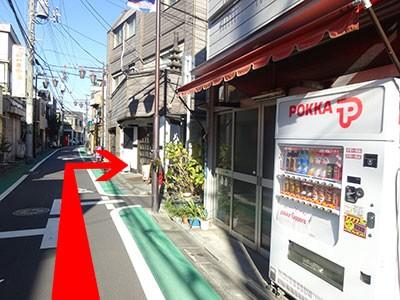 自販機がある赤い垂れ幕のお店と「おでんBar」の間にあります