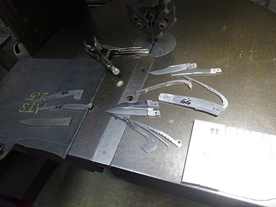 ナイフの部品を機械でそれぞれ切り取る
