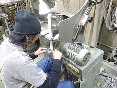 機械で削る様子