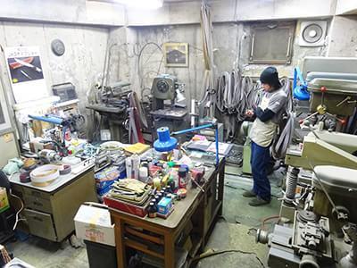 川村さんがカスタムナイフを作ってい工房内