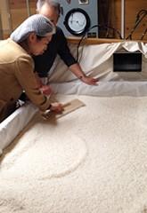 お米をならす作業