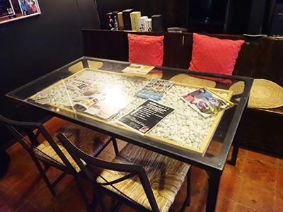 テーブル下の石を自ら洗い作ったテーブル